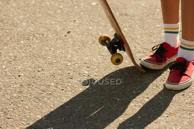 Weibliche Beine In Kniestrümpfe Mit Skateboard U2014 Stockfoto
