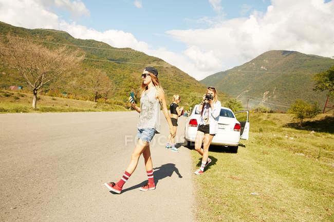 Женщины ходят по сельской дороге — стоковое фото
