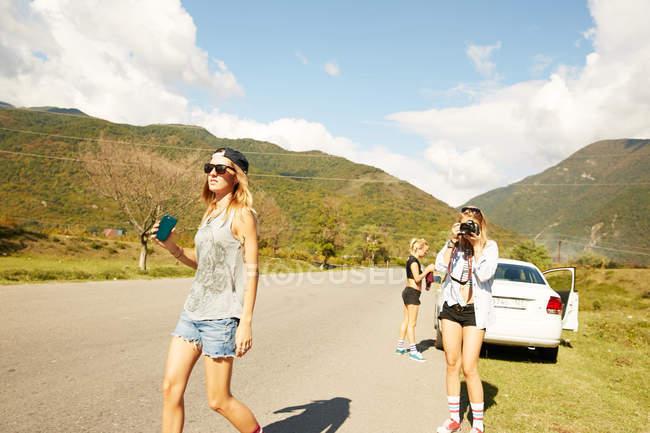 Mujeres caminando por el camino rural - foto de stock