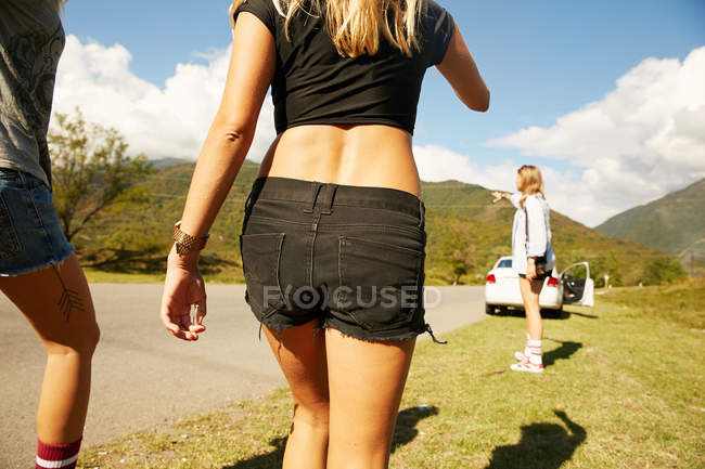 Women walking on countryside road — Stock Photo