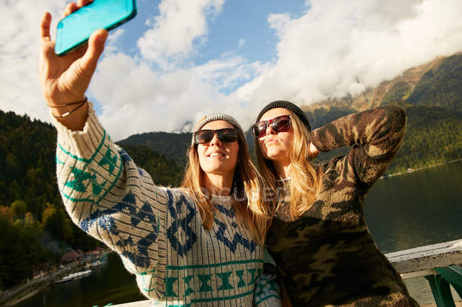 Blonde girls in sunglasses taking selfie — Stock Photo