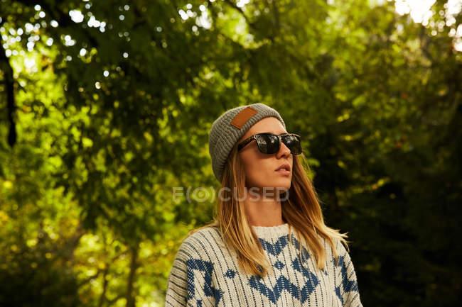Жінка в капелюсі і светр в лісі — стокове фото