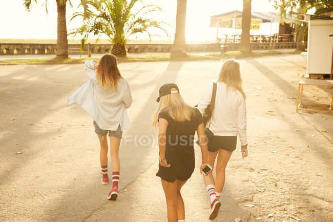 Mulheres caminhando à beira-mar — Fotografia de Stock