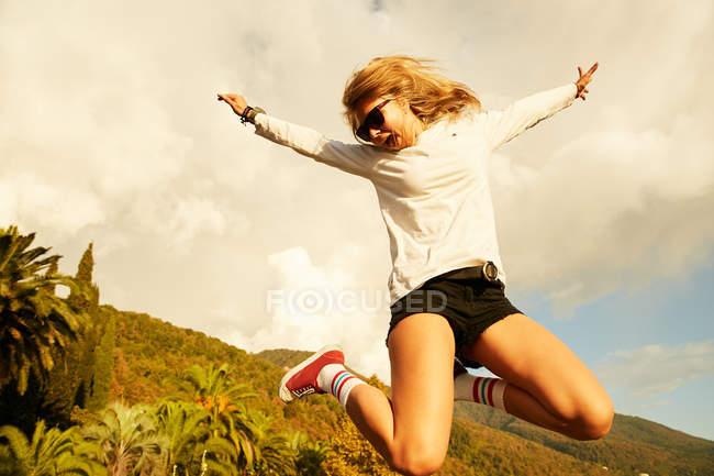 Mulher pulando na praia — Fotografia de Stock