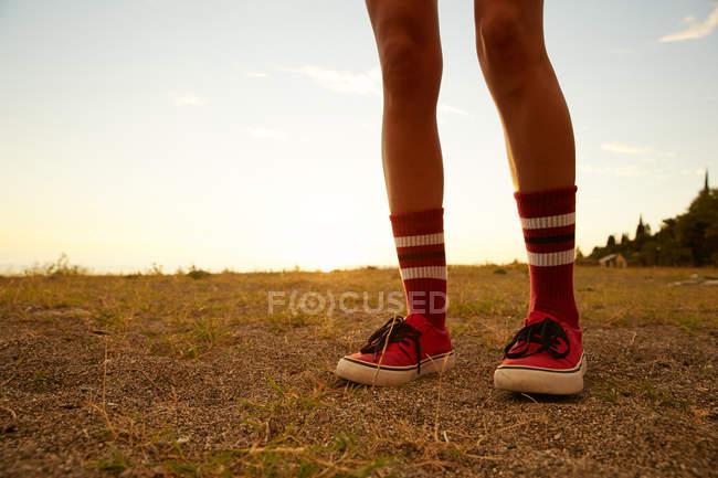 Femmes pieds en chaussettes — Photo de stock