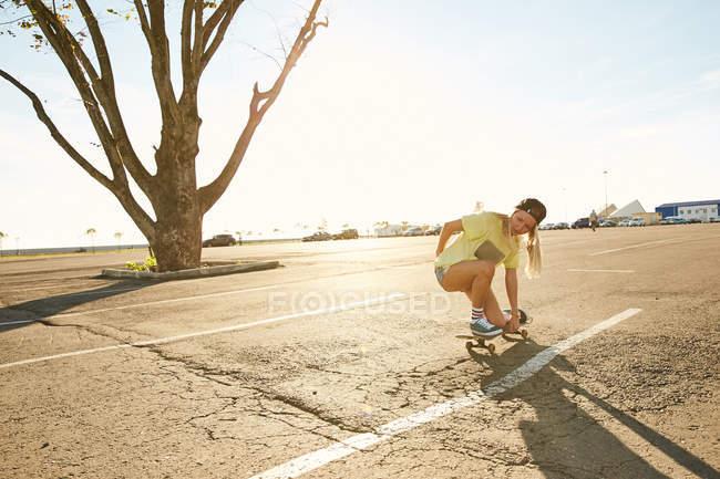 Femme faisant des truc sur planche à roulettes — Photo de stock