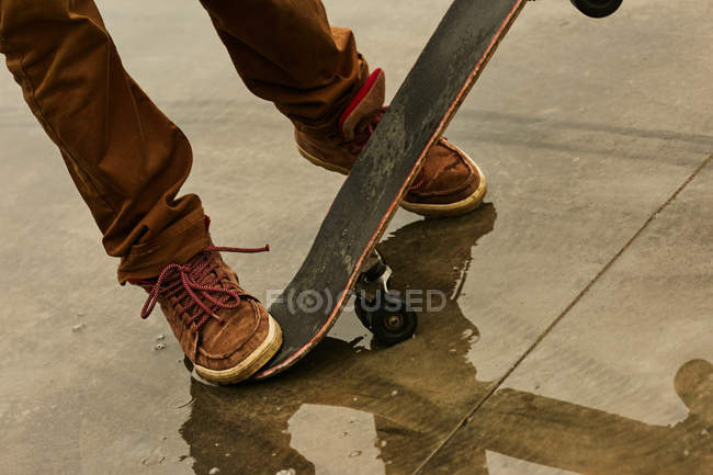Man feet with skateboard — Stock Photo