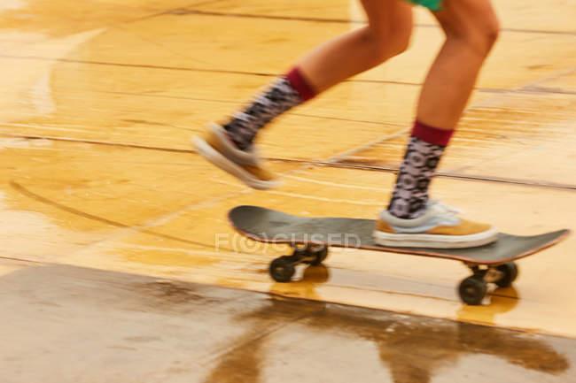 Feet of skating woman — Stock Photo