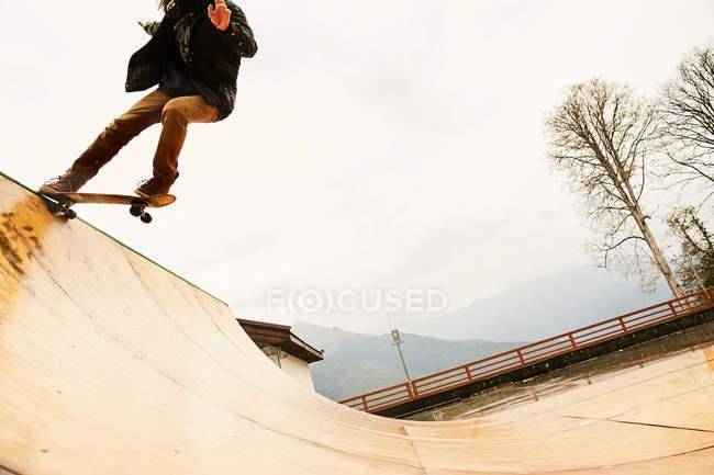 Man skating on ramp — Stock Photo