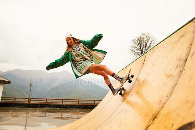 Young woman skating on ramp — Stock Photo