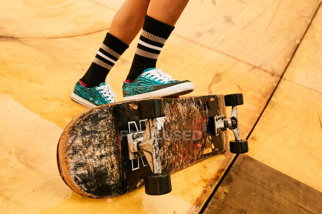 Woman performing tricks with skateboard — Stock Photo