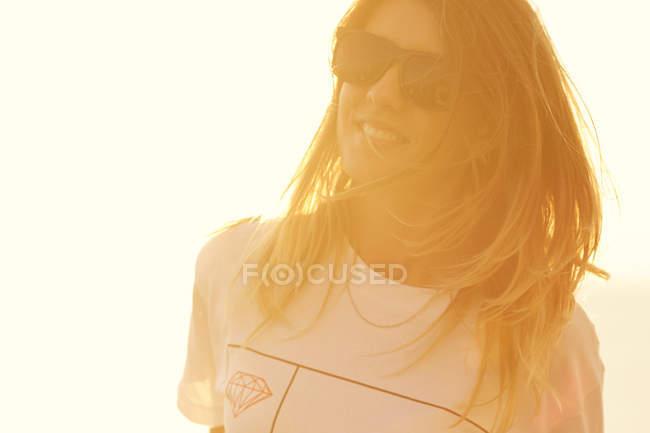 Mulher, aproveitando a luz suave do sol — Fotografia de Stock