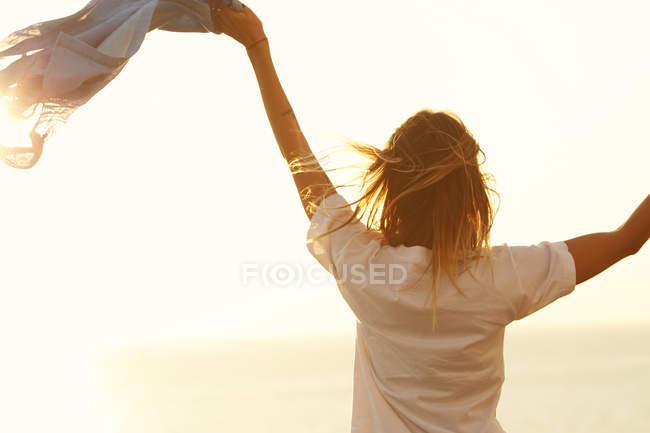 Женщина наслаждается мягким солнечным светом — стоковое фото