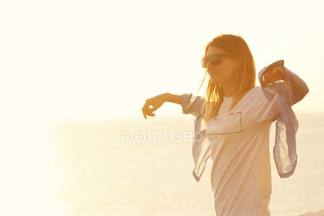 Donna che gode di luce morbida del sole — Foto stock