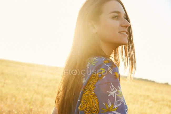 Menina andando no campo de trigo — Fotografia de Stock