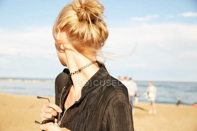 Portrait de femme debout sur la plage à Barcelone — Photo de stock