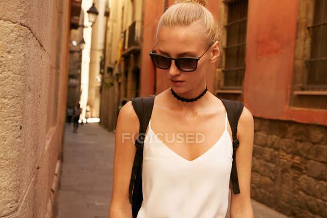 Красива жінка в сонцезахисні окуляри йшов по вулиці в Барселоні — стокове фото