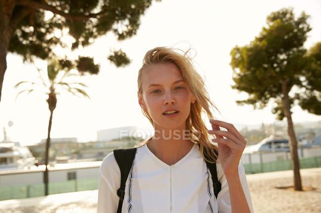 Attrayant femme debout sur le quai à Barcelone et en regardant la caméra — Photo de stock