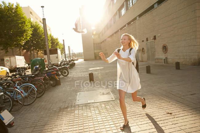 Donna felice cattura piccione sulla strada a Barcellona — Foto stock