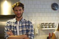 Ritratto di dipendente presso la cucina del ristorante — Foto stock