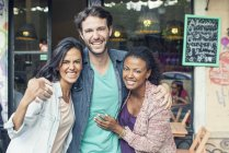 Retrato de sonriente multi étnicas amigos - foto de stock