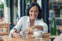 Lächelnde Frau Smartphone betrachten — Stockfoto