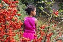 Mädchen allein im Freien, Rückansicht — Stockfoto