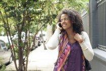 Afro-américaine femme parler sur téléphone portable — Photo de stock