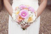 Невеста с букетом цветов — стоковое фото