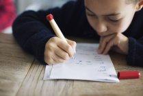 Chica haciendo tarea, primer plano - foto de stock
