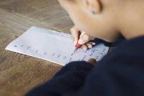 Scrittura in corsivo su carta, ritagliata della ragazza — Foto stock
