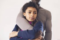 Boy leaning against father with worried expression on face — Stock Photo