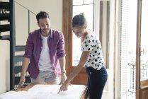 Colleghi che collaborano al progetto presso l'ufficio di casa — Foto stock