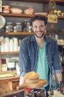 Sorrindo barbudo dono da loja de café — Fotografia de Stock