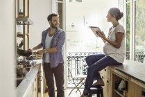 Frau auf Mann Zubereitung in der Küche zu Hause — Stockfoto