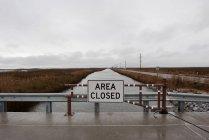 Área cerrada signo en el puente - foto de stock