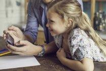 Père montrant fille vidéo streaming sur smartphone — Photo de stock