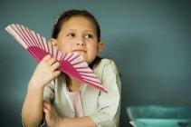 Портрет маленькой девочки с вентилятором — стоковое фото