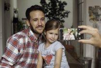 Батько і дочка позують для фото — стокове фото
