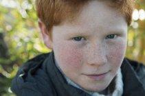 Портрет мальчика с рыжими волосами и веснушками — стоковое фото