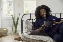 Woman connecting to social media using digital tablet — Stock Photo