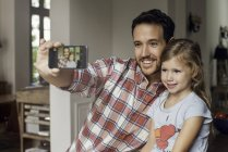 Posiert für Selfie mit Tochter Vater — Stockfoto