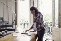 Вагітні жінки, робота на дому — стокове фото