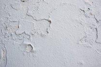 Закрыть старый треснувший белые стены — стоковое фото