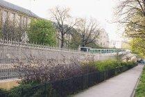 Trem do viajante de bilhete mensal dirigindo nas ruas da cidade — Fotografia de Stock