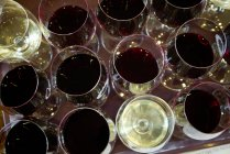Vista aérea de copas de vino tinto y blanco - foto de stock