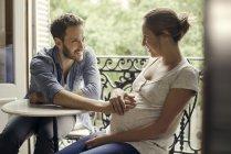 Муж положил руку на беременный желудок жены — стоковое фото