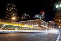 Легкие трассы от трафика на улице ночью города — стоковое фото