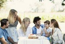 Семья и друзья, проводить время вместе на открытом воздухе — стоковое фото