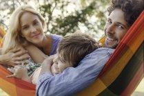 Retrato de familia de relajación con hamacas al aire libre - foto de stock